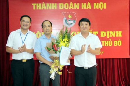 Ong Nguyen Manh Hung nhan Quyet dinh bo nhiem Tong Bien tap Bao Tuoi tre Thu do - Anh 1