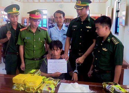 Ha Tinh: Bat nong doi tuong nguoi Lao goc Viet van chuyen 10kg ma tuy da - Anh 1