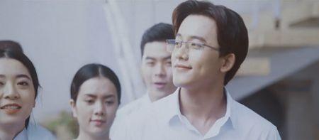 Thay giao dien trai trong MV 'Em gai mua' cua Huong Tram la ai? - Anh 1