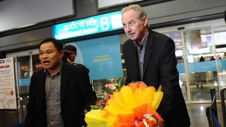 Ong Alfred Riedl bat ngo khi HLV Huu Thang tu chuc - Anh 1