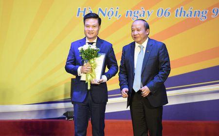 Ca si Hoang Tung nhan giai thuong 'Tieng noi Viet Nam' lan thu nhat - Anh 1