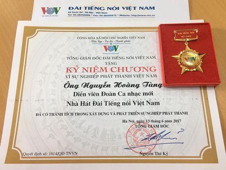 Ca si Hoang Tung nhan giai thuong 'Tieng noi Viet Nam' lan thu nhat - Anh 3