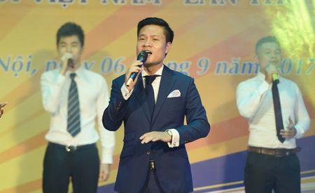 Ca si Hoang Tung nhan giai thuong 'Tieng noi Viet Nam' lan thu nhat - Anh 4