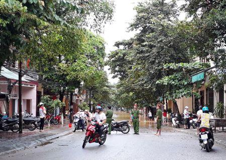Mua lon, thanh pho Yen Bai ngap trong nuoc - Anh 7