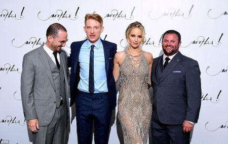 Jennifer Lawrence khoe duong cong goi cam voi vay luoi xuyen thau - Anh 11