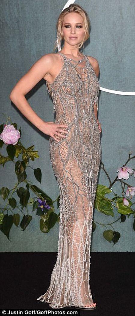 Jennifer Lawrence khoe duong cong goi cam voi vay luoi xuyen thau - Anh 1