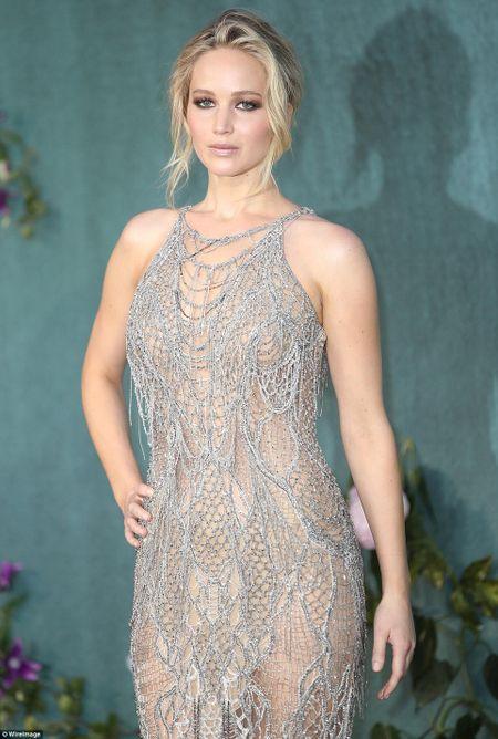 Jennifer Lawrence khoe duong cong goi cam voi vay luoi xuyen thau - Anh 4