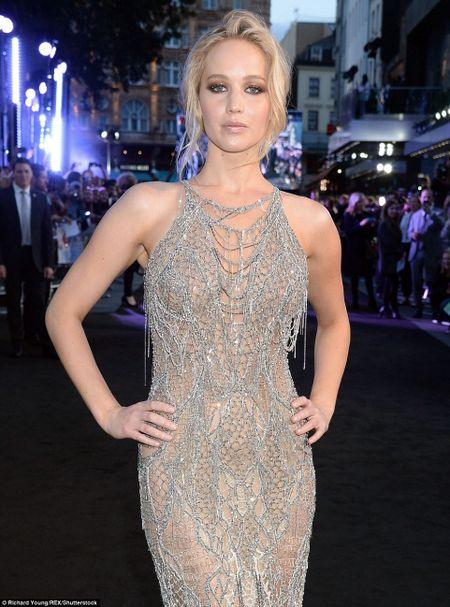 Jennifer Lawrence khoe duong cong goi cam voi vay luoi xuyen thau - Anh 5