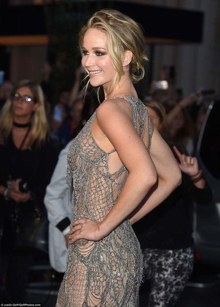 Jennifer Lawrence khoe duong cong goi cam voi vay luoi xuyen thau - Anh 6