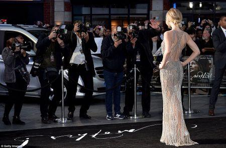 Jennifer Lawrence khoe duong cong goi cam voi vay luoi xuyen thau - Anh 9