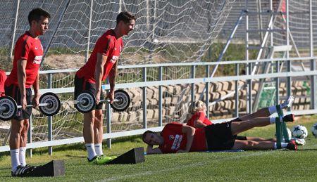 Torres ren the luc de chuan bi 'chien' voi AS Roma - Anh 8