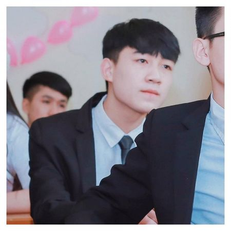 Nam sinh dien trai DH Noi vu don tim dan mang boi giong hat tram am - Anh 1