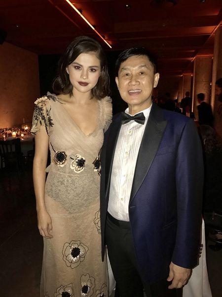 Selena Gomez vo cung xinh dep trong dem tiec voi bo me chong Ha Tang - Anh 7