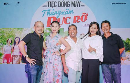 Nhom nu quai Ngua Hoang cuc nhang nhit trong tiec dong may 'Sunny' ban Viet - Anh 1