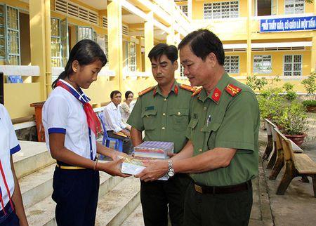 Bao CAND trao tang 4.000 tap cho hoc sinh vung sau - Anh 1