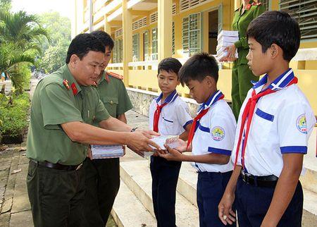Bao CAND trao tang 4.000 tap cho hoc sinh vung sau - Anh 2