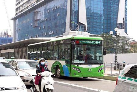 Buyt nhanh BRT o Ha Noi qua tai vao gio cao diem - Anh 1