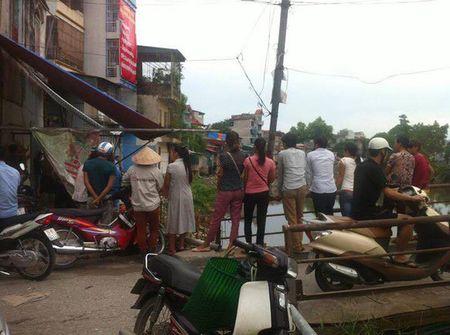 Phat hien thi the nam gioi dang phan huy tren song Nhue - Anh 1