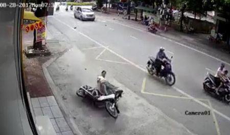 Chay xe may toc do 'ban tho' cap doi bat tinh duoi gam xe tai dang quay dau - Anh 2