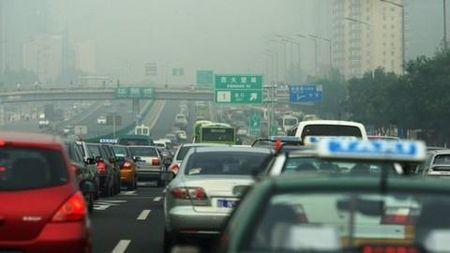 Trung Quoc len ke hoach cam xe oto chay bang xang va dau diesel - Anh 1