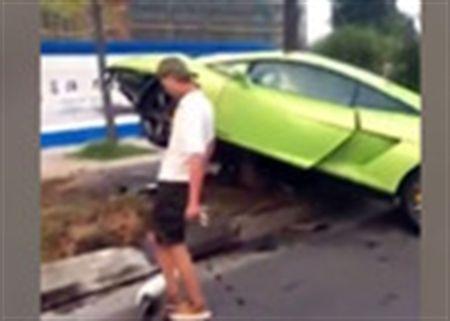 Duoi theo thieu nu, thanh nien dam hong Lamborghini di thue - Anh 1
