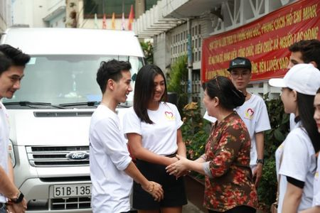 Hoa hau Vy Nguyen tang qua chia se voi tre em mo coi - Anh 11
