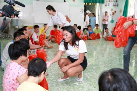 Hoa hau Vy Nguyen tang qua chia se voi tre em mo coi - Anh 8
