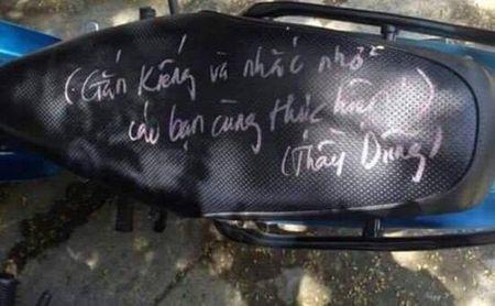 Thay giao 'lay nhat he Mat troi': Viet chu kin yen xe cac hoc sinh khong lap guong xe may - Anh 3