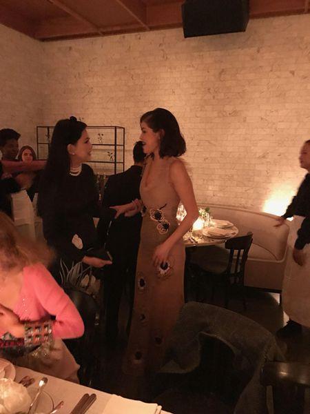 Quyen luc cua bo me chong Ha Tang: Du tiec sang trong, tro chuyen than mat cungSelena Gomez - Anh 4