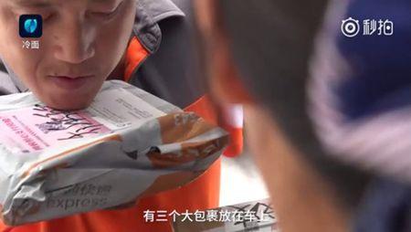 Clip: Chong cut ca 2 tay cham soc tan tam, rua chan cho vo de khien dan mang roi nuoc mat - Anh 3