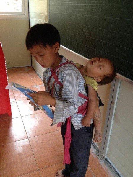 Xuc dong hinh anh anh trai quan ao rach buom diu em nho ngu gat tren lung de di hoc - Anh 1