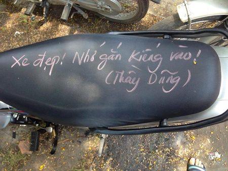 Thay giao viet chu kin yen xe nhac hoc sinh lap guong chieu hau - Anh 2