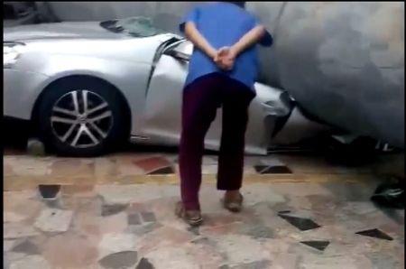 CLIP NHUNG TAI NAN GHE RON NHAT TUAN: Be trai thoat nan sau khi chui gam xe tai, Ford EcoSport hat vang canh sat roi bo chay - Anh 1