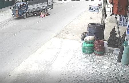 Clip: Phong xe toc do cao, 2 thanh nien nam gon duoi banh xe tai - Anh 1