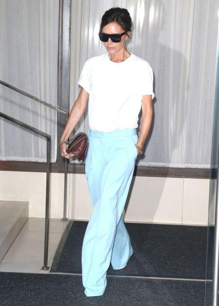 Street style ao phong trang cua Victoria Beckham suot Tuan le thoi trang New York 2017 - Anh 2