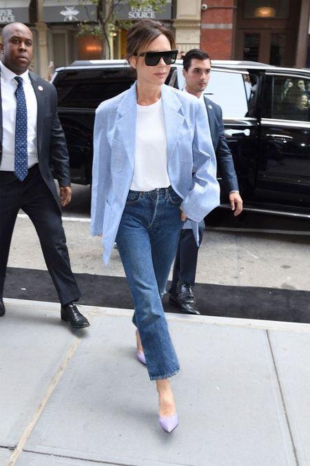 Street style ao phong trang cua Victoria Beckham suot Tuan le thoi trang New York 2017 - Anh 6