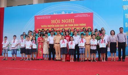 CATP Ha Noi trao 2000 vo cho hoc sinh truong tieu hoc Luong Yen - Anh 1