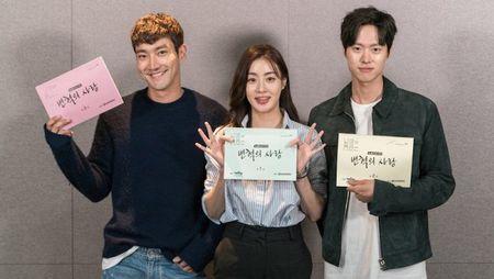 Tiet lo hinh anh Choi Siwon, Kang Sora va Gong Myung trong buoi doc kich ban dau tien cua 'Revolutionary Love' - Anh 5