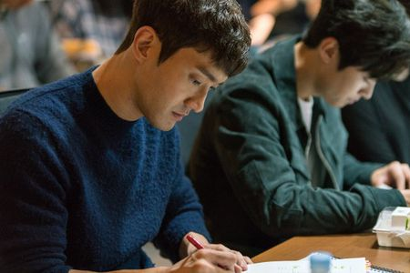 Tiet lo hinh anh Choi Siwon, Kang Sora va Gong Myung trong buoi doc kich ban dau tien cua 'Revolutionary Love' - Anh 6