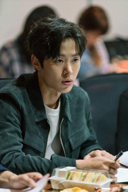 Tiet lo hinh anh Choi Siwon, Kang Sora va Gong Myung trong buoi doc kich ban dau tien cua 'Revolutionary Love' - Anh 8