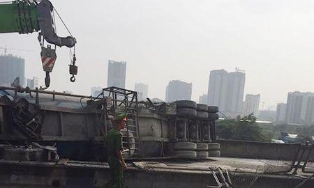 Ha Noi: Xe dau keo lat ngang duong vanh dai 3 tren cao - Anh 2