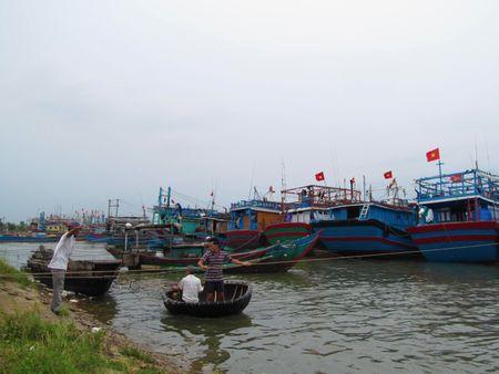 Mien Trung: Chay dua ung pho voi 'sieu bao' so 10 - Anh 5