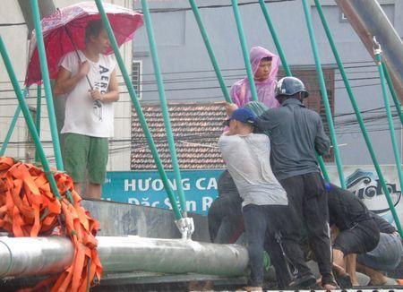 Mien Trung: Chay dua ung pho voi 'sieu bao' so 10 - Anh 9