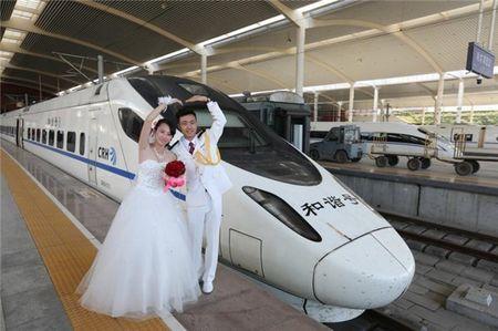 Khong can xe hoa thong thuong, cap doi Trung Quoc dung 'xe lua hoa' trong dam cuoi - Anh 4