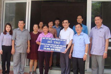 LDLD tinh Lao Cai trao 'Mai am Cong doan' cho doan vien kho khan - Anh 1