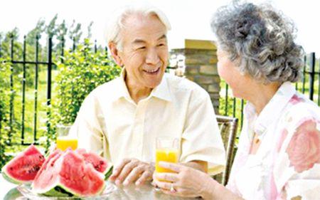7 van de can luu y khi cham soc dinh duong cho nguoi benh Alzheimer - Anh 3