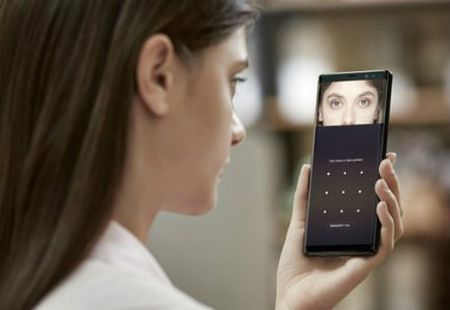 iPhone X khung la the, van 'chao thua' 12 vu khi tren Galaxy Note 8 - Anh 3