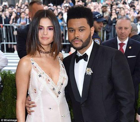 Selena Gomez khoe vet seo dai o bung sau phau thuat ghep than - Anh 3