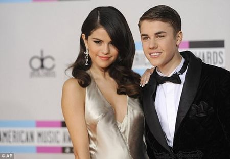 Selena Gomez khoe vet seo dai o bung sau phau thuat ghep than - Anh 4