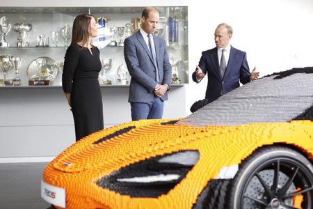 Hoang tu Anh thich thu voi sieu xe McLaren 720S lego - Anh 1